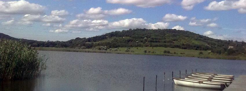 Facebook Borítóképek/Városok/Tihany: Őszi Borítókép Facebookra a Tihanyi-félszigeten lévő belső tóról csónakokkal - borítóképek - idézettel - számítógépre - ingyen - letöltése - karácsonyi - facebook - háttérképek