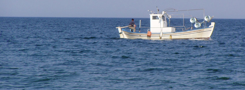 Facebook Borítóképek/Országok/Görögország: Nyári borítókép Facebookra az Égei tengerről (Paralia partjáról) egy hajóval - számítógépre - borítóképek - karácsonyi - facebook - ingyen - letöltése - háttérképek - idézettel