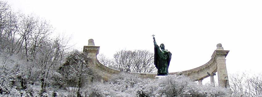 Facebook Borítóképek/Emberek/Főpapok: Téli Facebook borítókép a Gellért-hegy oldalában lévő Szent Gellért szoborral, ami Jankovits Gyula 1904-ben felállított alkotása - háttérképek - ingyen - letöltése - facebook - számítógépre - borítóképek - karácsonyi - idézettel