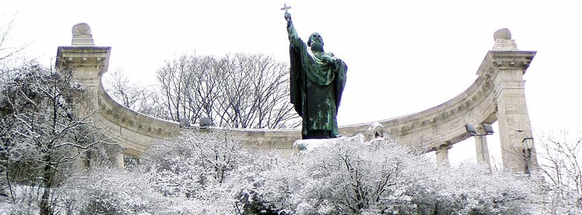 Facebook Borítóképek/Emberek/Főpapok: Téli borítókép Facebookra Szent Gellért szobrával, ami Jankovits Gyula 1904-ben a Gellért-hegy oldalában felállított alkotása - háttérképek - számítógépre - idézettel - ingyen - borítóképek - letöltése - facebook - karácsonyi