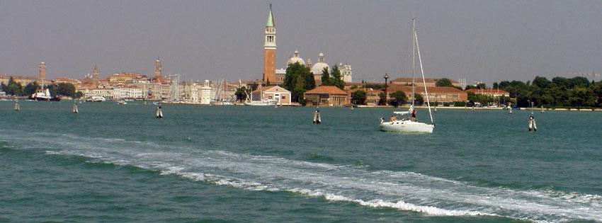 Facebook Borítóképek/Természet/Tájképek: Nyári Facebook borítókép a  Campanile harangtoronnyal és hajókkal Velencében - idézettel - karácsonyi - borítóképek - facebook - háttérképek - számítógépre - letöltése - ingyen